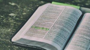 Mensagem de Deus Para os Pais - Imagem de Bíblia aberta com versículo marcado