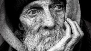 A vida humana e suas ironias -Homem idoso pensativo