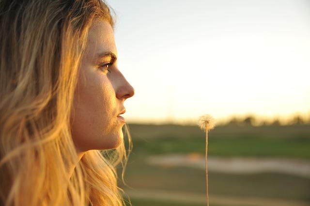 Crer vai alem do acreditar - Imagem de Jovem olhando ao alento com paisagem ao fundo de forma turva