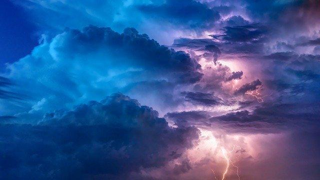 Deus no controle de tudo - Imagem de Nuvens e raios