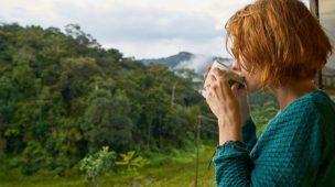 Receita de um dia feliz - Mulher tomando café ao ar livre