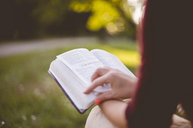 Artigos Para os Jovens Meditarem - Jovem lendo a Bíblia Sagrada