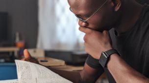Dicas Para o Novo Convertido Ler a Bíblia - Jovem lendo a Bíblia