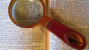 Não Fique Dependente de Pregações - Imagem de lupa em livro