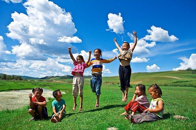 Amigos - Imagem de crianças pulando e outras sentadas