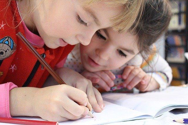 Coronavírus - Imagem de duas meninas estudando.
