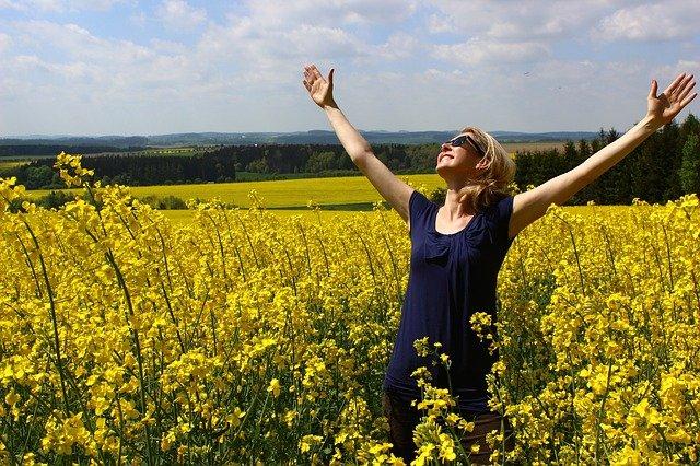 Oração de Agradecimento Pelo Dia - Mulher de braços abertos feliz