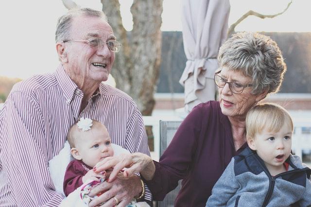 Mensagem Para os Netos Casal de idoso com seus netos - Mensagem Para os Netos