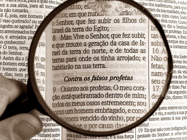 Mensagem Para Estudantes da Bíblia - Lupa aumentando texto da Bíblia